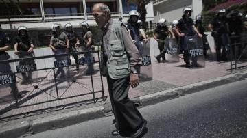 Greece: Despair As Collapse Accelerates thumbnail