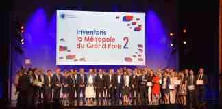 L'ensemble des lauréats d'Inventons la Métropole du Grand Paris 2 sur la scène du théâtre de Mogador.