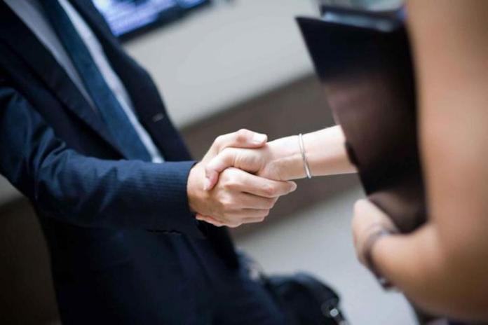 Photo d'illustration montrant une poignée d main entre un homme et une femme