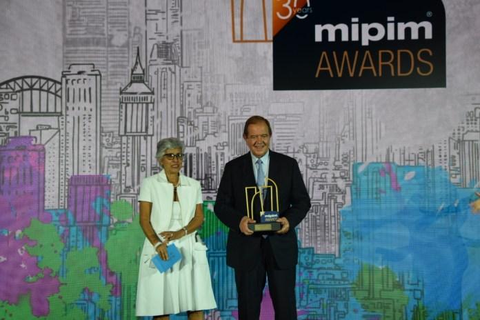 Patrick Ollier reçoit le MIPIM Award 2020 du Best Futura Mega Project