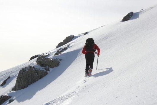 Montée sur un versant enneigé - GR20