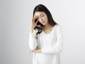 頭痛や風邪の病気の女性