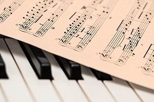【マル珍ランキング】下手でもうまく歌えるカラオケ曲ランキングベスト3!