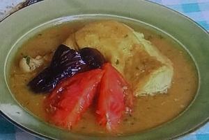 骨付き鶏モモ肉と揚げナスのスープカレー