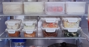 冷蔵庫の中は12個の保存容器