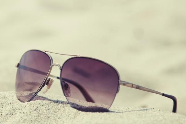 слънчеви очила и пясък