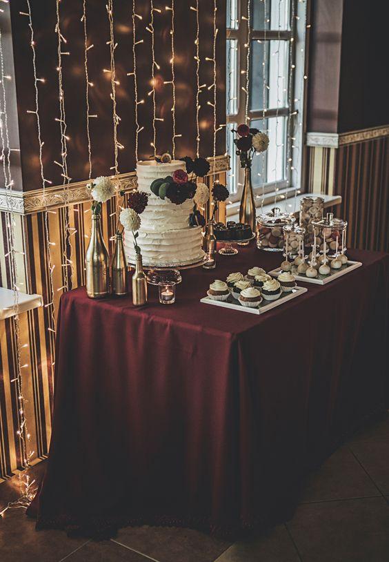 зимна сватба с декорация в бургунди