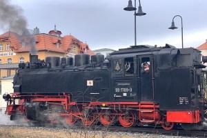 Weingenuss auf schmaler Spur @ Bahnsteig der Schmnalspurbahn