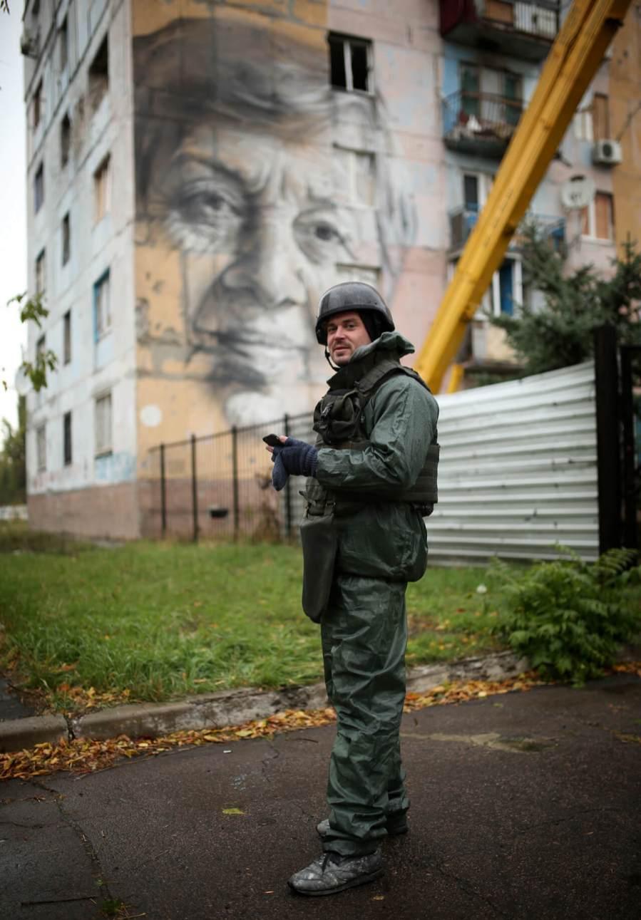 Guido Van Helton, Street Art Project, Art United Us, Avdiyivka, Ukraine. Photo Credit Amos Chapple/RFE/RL