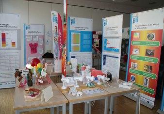 Ausstellung mit Rollups und Beachflag als Raumteiler