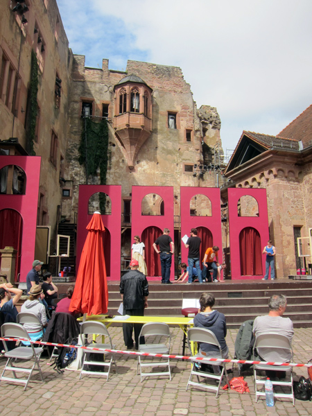 Theaterprobe-im-Schlosshof
