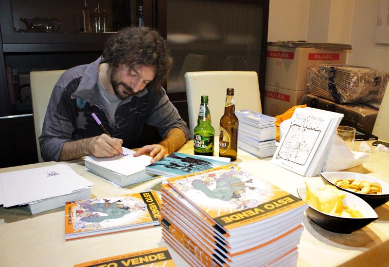 Sergio Bleda haciendo dedicatorias en su cómic ESTO VENDE publicado en Grafito Editorial