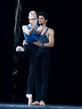 Nuñez and Soares rehearse Swan Lake
