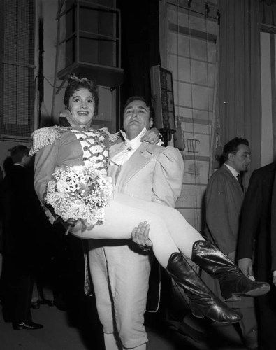 Ivo Vinco and Fiorenza Cossotto after La pietra del paragone, Teatro alla Scala, 1959