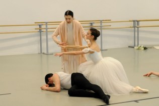 Carla Fracci coaching ESDCM Rosella Hightower students in Giselle - photos by Nathalie Sternalski 11