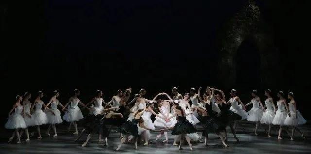 Nicoletta Manni with the corps de ballet - photo Brescia and Amisano Teatro alla Scala