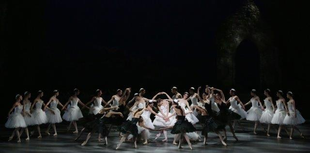 Nicoletta Manni with the corps de ballet - photo Brescia and Amisano Teatro alla Scala