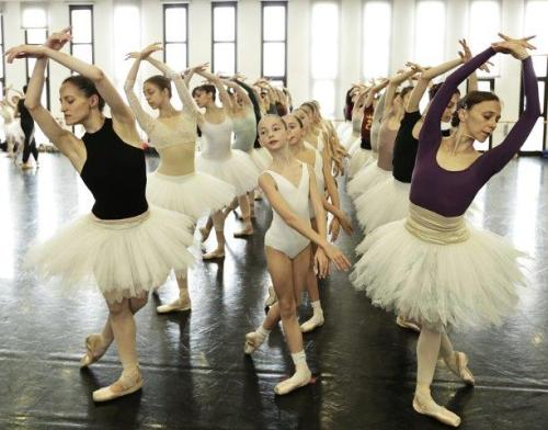 Swan Lake white swans rehearsal - photo by Brescia and Amisano Teatro alla Scala