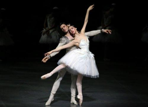 Martina Arduino as Odette with Nicola del Freo – photo by Brescia and Amisano Teatro alla Scala