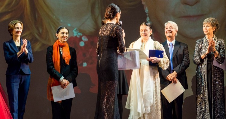 from left, Laura Comi, Liliana Cosi, Rossella Brescia (from behind presenting the award), Carla Fracci, Bruno Vescovo and Anna Maria Prina