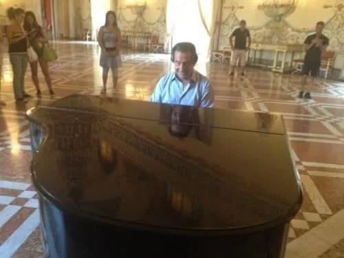 Riccardo Muti improvised concert in Napoli