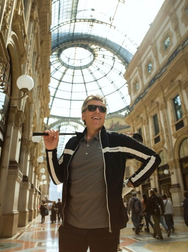 Thomas Hampson with a golf club in Milan's Galleria, photo by Chris Singer