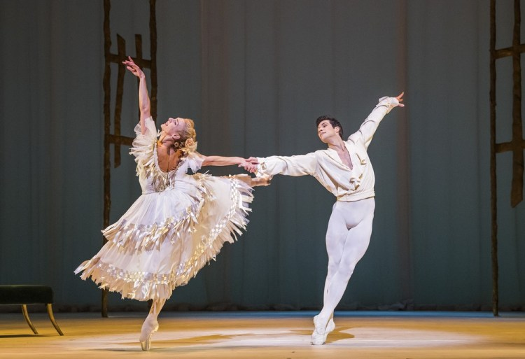 Zenaida Yanowsky as Marguerite and Roberto Bolle as Armand. ©ROH, 2017. Photographed by Tristram Kenton 1
