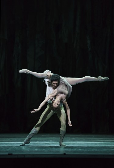 Manon with Francesca Hayward as Manon and Federico Bonelli as Des Grieux ©ROH, 2018, photo by Bill Cooper (6)
