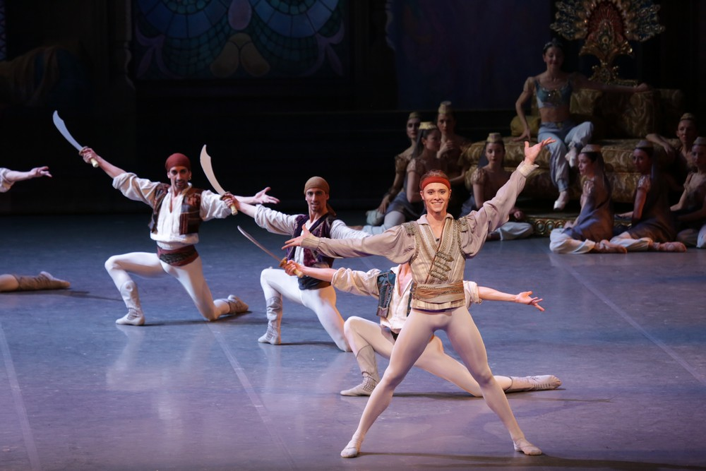 Le Corsaire, in the centre Timofej Andrijashenko, photo Brescia e Amisano, Teatro alla Scala 2018