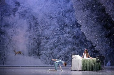 George Balanchine's The Nutcracker®, Act 1 snowscene, photo by Brescia e Amisano, Teatro alla Scala 2018 02