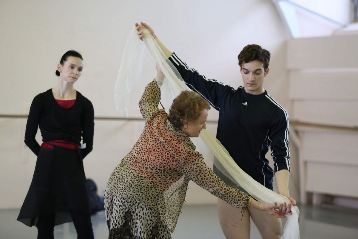 Shale Wagman with Olesya Novikova and Gabriela Komleva rehearsing La Sylphide at the Mariinsky theatre, photo by Svetlana Avvakum