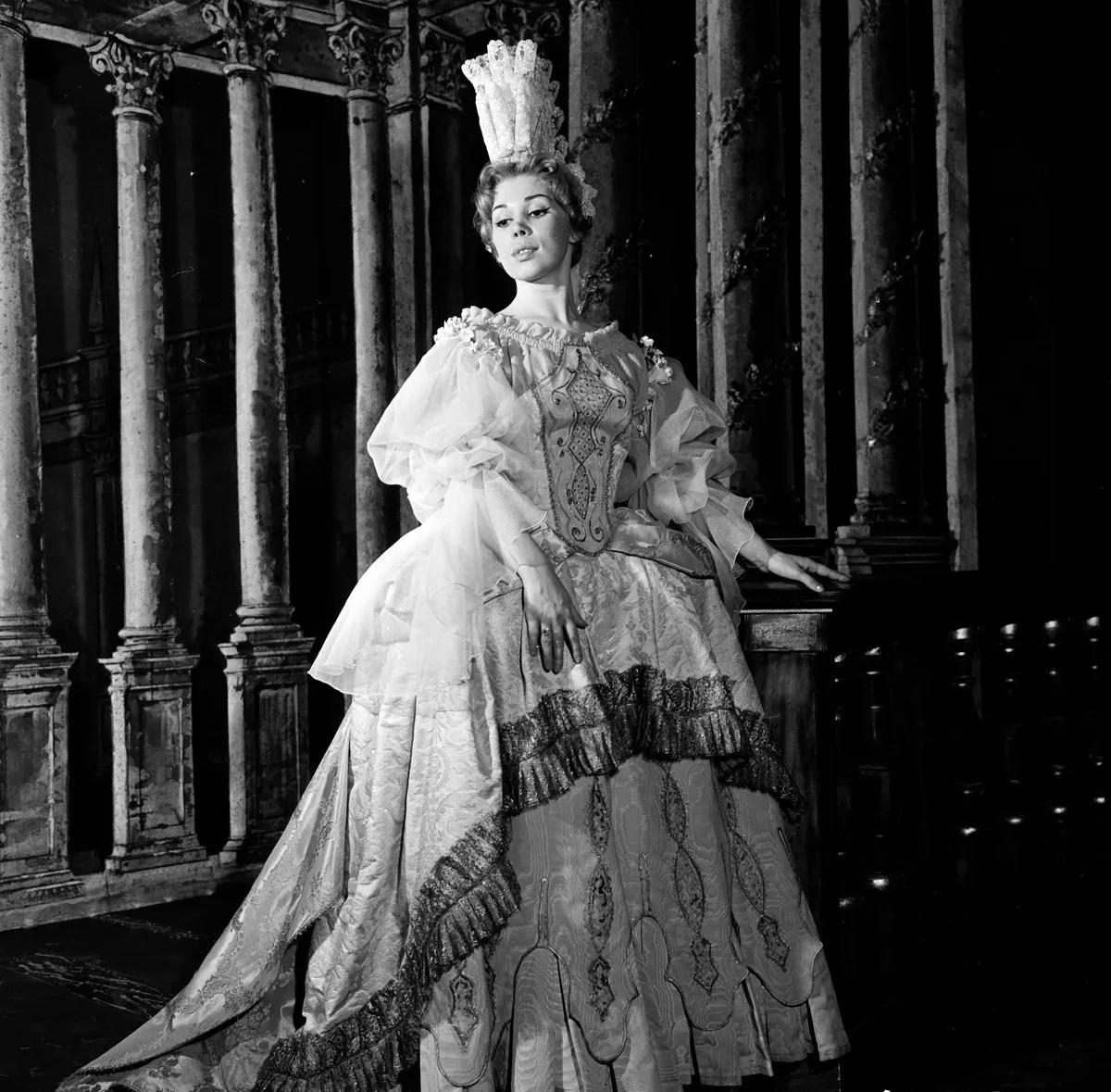 02 Mirella Freni in SERSE 1962 photo by Erio Piccagliani © Teatro alla Scala