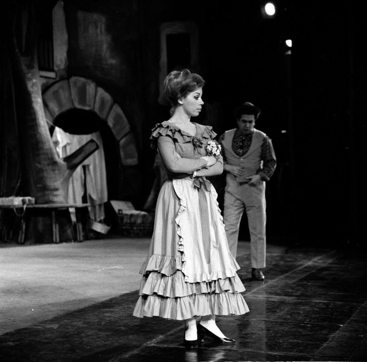 07 Mirella Freni in ELISIR D'AMORE 1964 with Giuseppe di Stefano photo by Erio Piccagliani © Teatro alla Scala