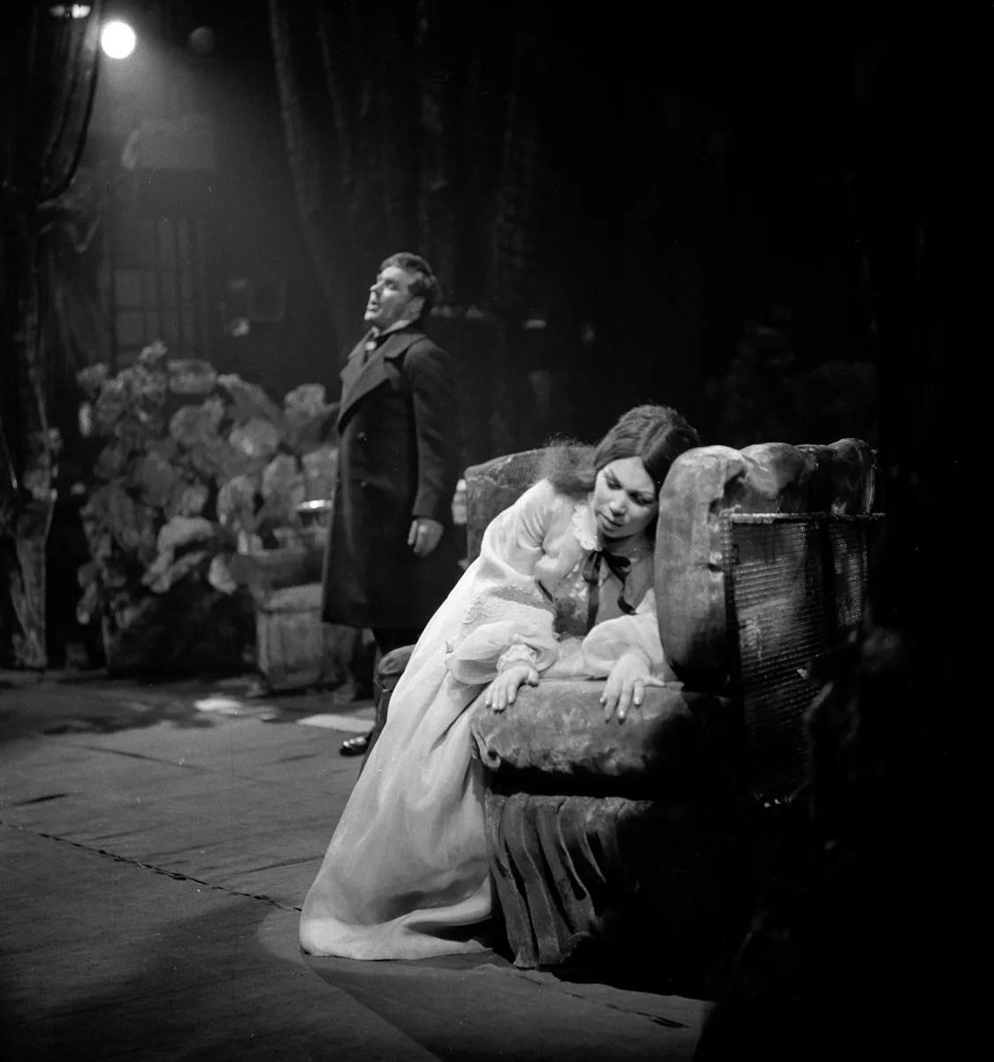 09 Mirella Freni in LA TRAVIATA 1964 with Mario Sereni photo by Erio Piccagliani © Teatro alla Scala