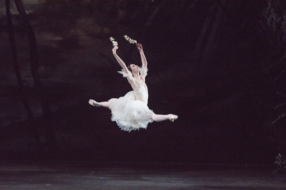 Giselle. Lauren Cuthbertson as Giselle. © ROH, 2016. Photographed by Trsitram Kenton