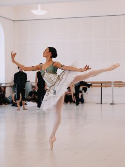 Nikisha Fogo rehearses Medora in Le Corsaire by Manuel Legris, photo by Ashley Taylor, Vienna State Ballet