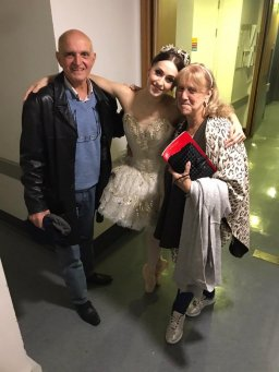 Nela backstage with her parents