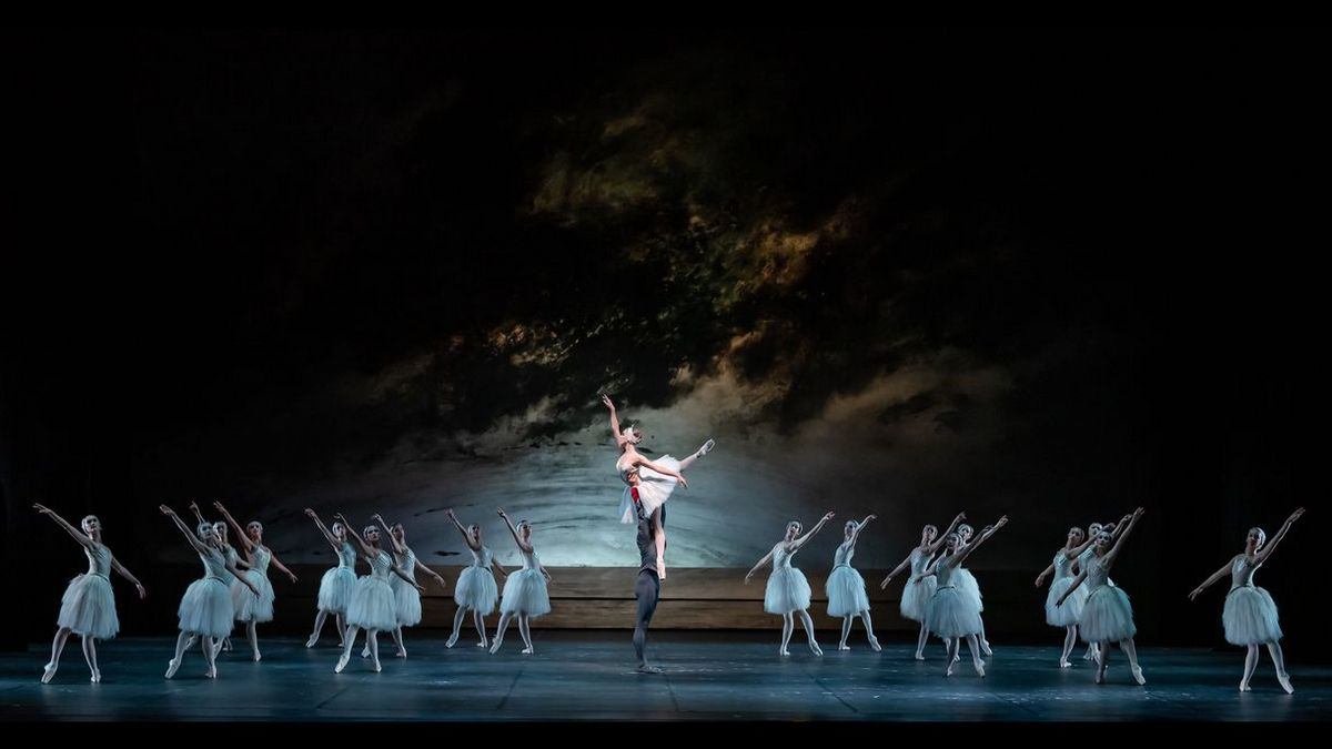 Swan Lake, with Prisca Zeisel and Jinhao Zhang with corps de ballet of the Bayerische Staatsoper © S Gherciu