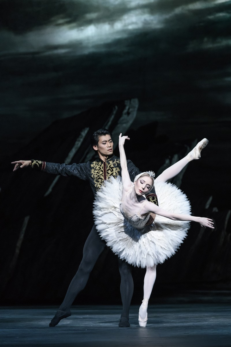 Ryoichi Hirano as Prince Siegfried and Sarah Lamb as Odette in Swan Lake, The Royal Ballet © 2018 ROH. Photograph by Bill Cooper