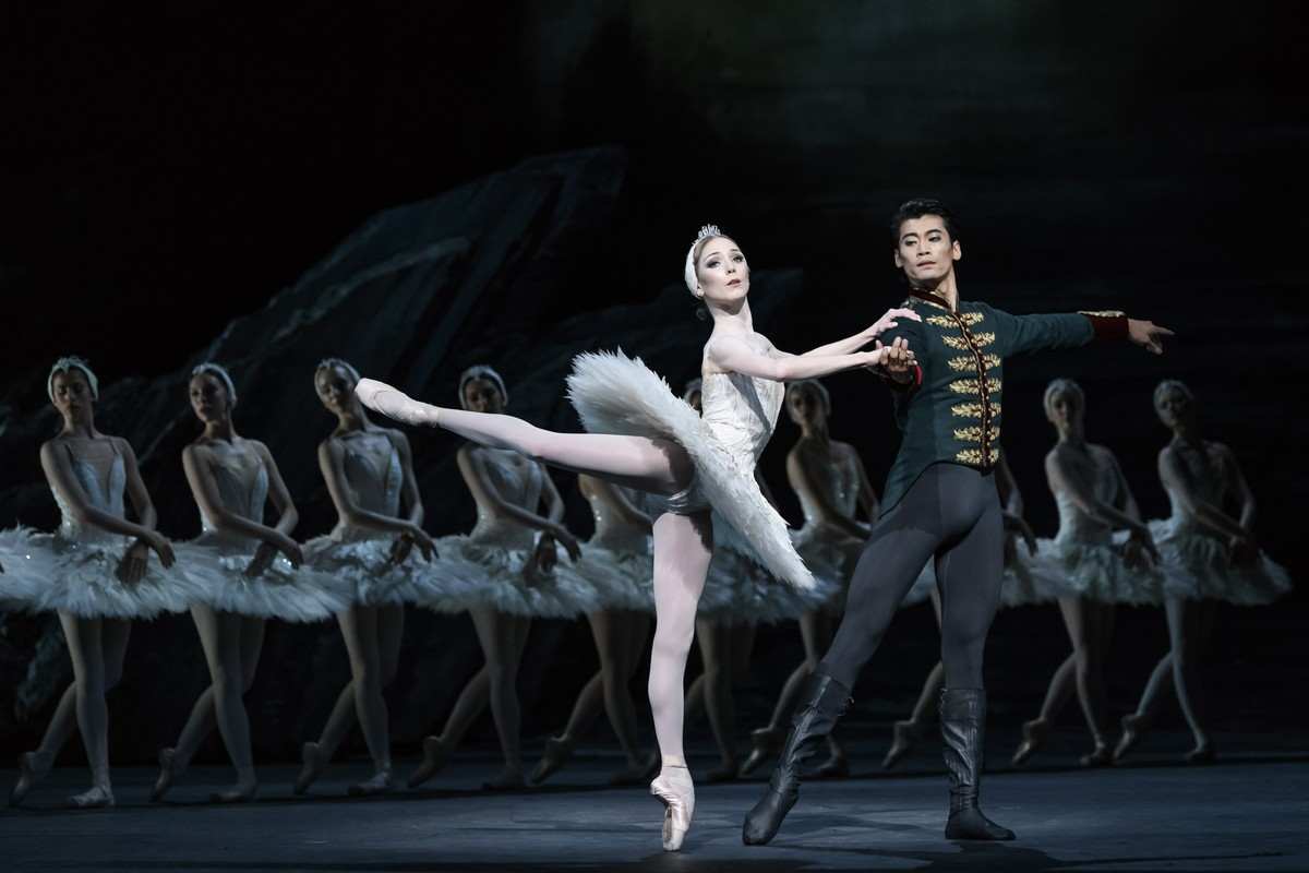 Sarah Lamb as Odette and Ryoichi Hirano as Prince Siegfried in Swan Lake, The Royal Ballet © 2018 ROH. Photograph by Bill Cooper