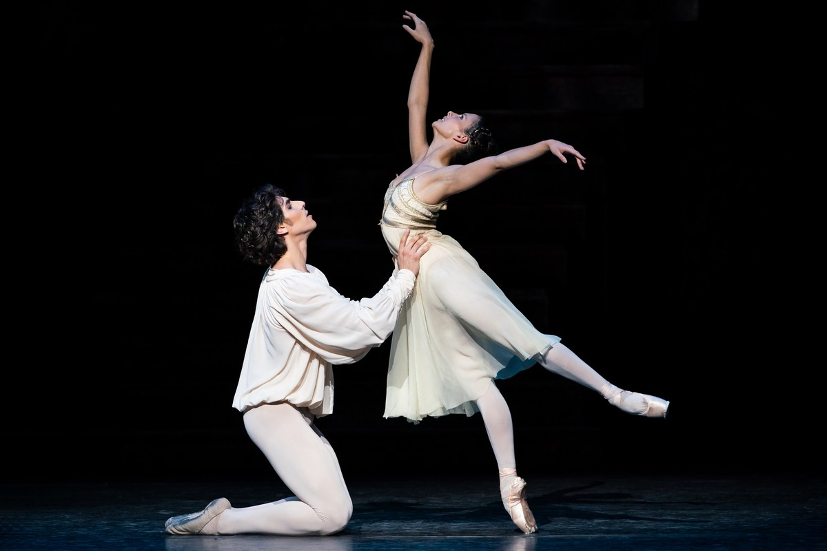 Cesar Corrales and Francesca Hayward in Romeo and Juliet, The Royal Ballet © 2019 ROH, photo by Helen Maybanks