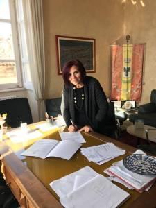 L'assessore Natascia Palermo mentre firma il suo incarico