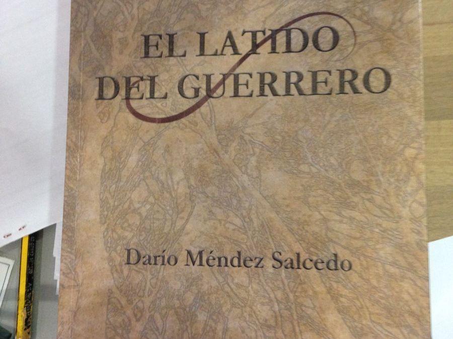 Daría Méndez, antiguo alumno, visita la biblioteca escolar