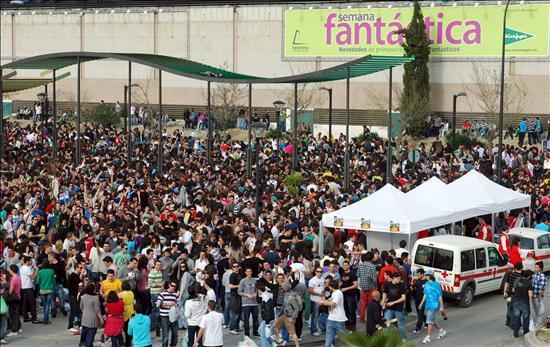 alrededor de 10000 jovenes se congregan en el botellodromo de granada