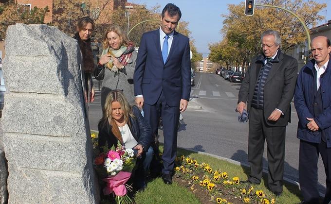33623_maria_del_mar_blanco_coloca_un_ramo_de_flores_en_el_monolito_a_las_victimas_del_terrorismo__en_guadalajara_