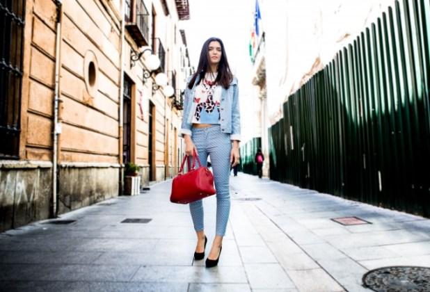 Estilo urbano, pantalones cinco bolsillos, camiseta y cazadora vaquera