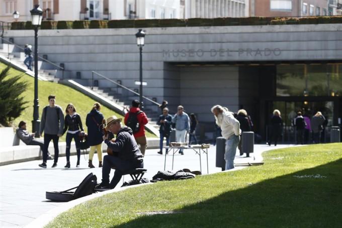 ciudadanos-andando-museo-del-prado