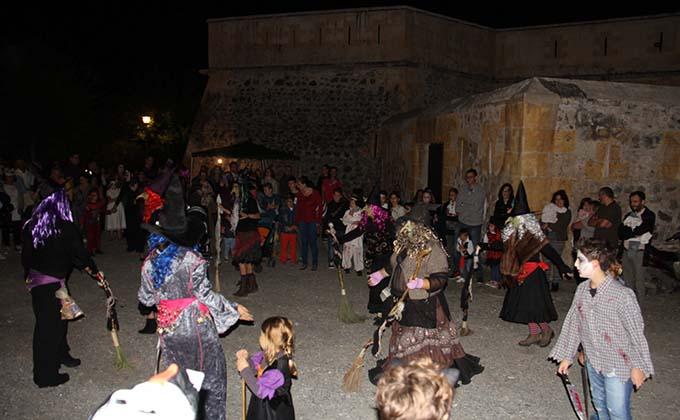 las-brujas-amenizaron-la-visita-al-castillo-16