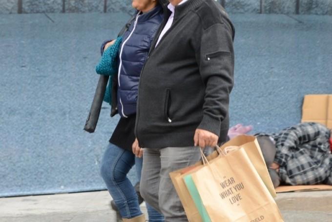 personas-andando-compras-calle
