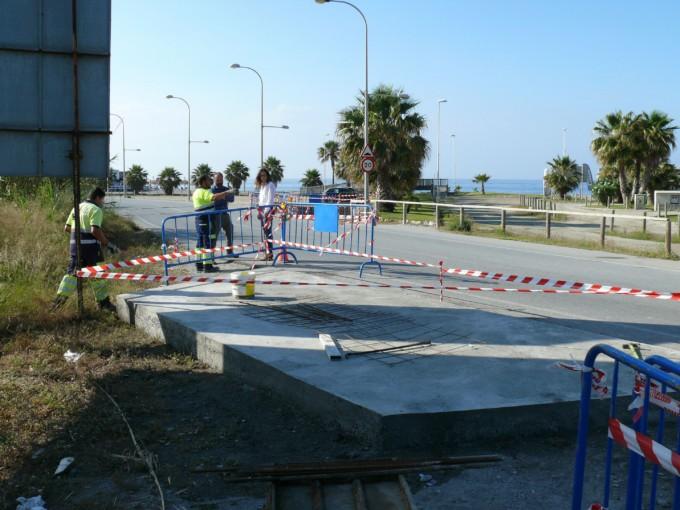 Operarios del área de Mantenimiento muestran a la concejala las obras de la nueva parada de autobús urbano en Playa Granada